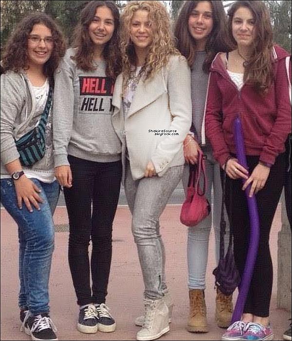 📷 Shakira « a posé en photo » avec des fans. 11 Avril 2o15. Barcelone, Espagne.