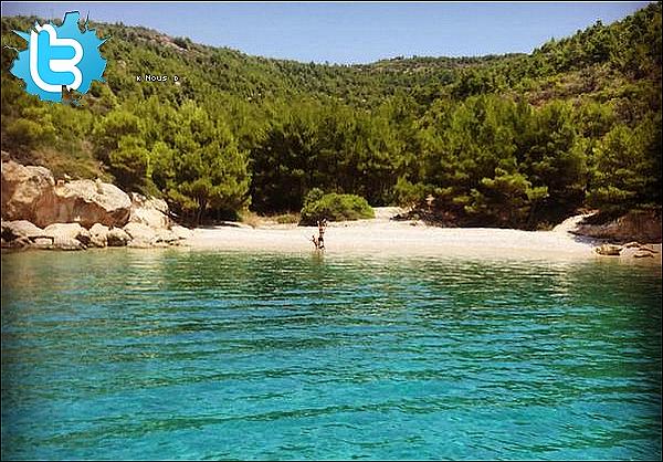 🌴 Gérard a posté une photo d'eux« En Vacances » au bord d'une plage. 1o Juillet 2o15. ?.