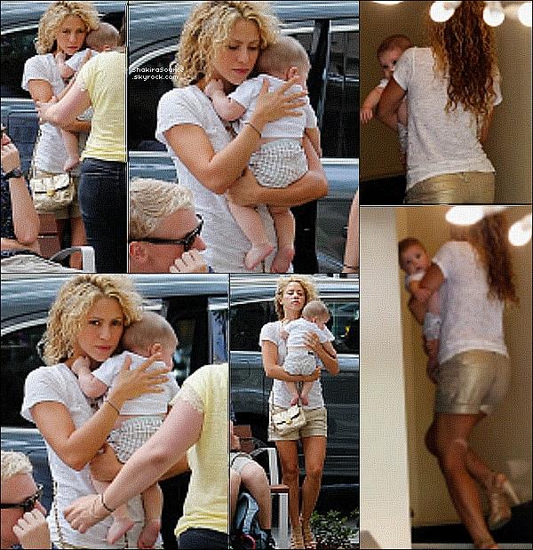 🍴 Shakira a invité « Juan Luis Guerra » & des amis à dîner chez elle. 2o Juillet 2o15. Barcelone, Espagne.