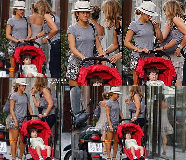 🚶 Shakira a été vue dans les « Rues de Barcelone » avec des fans. 25 Juillet 2o15. Barcelone, Espagne.