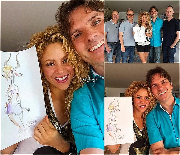 🍴 Shakira a été vue avec des fans dans un « Restaurant ». 14 Août 2015. Barcelone, Espagne.