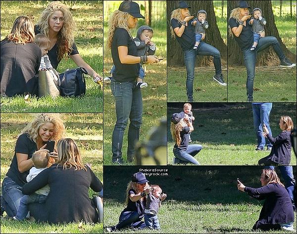 ✏️ Puis, Shakira est allée signer la pétition « Up For School » avec Sasha. 24 Septembre 2015 - New-York, Etats-Unis.
