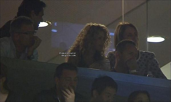 🚶 Shakira & Gérard ont été vus dans les « Rues de Barcelone » avec des fans. o2 Octobre 2015 - Barcelone, Espagne.