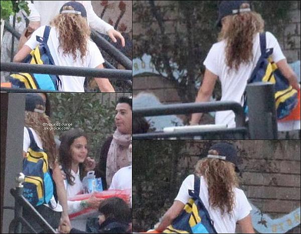 🚶 Shakira a été vue dans les « Rues de Barcelone » avec un fan. 04 Novembre 2015 Barcelone - Espagne.