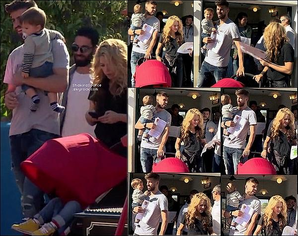 ⚽ Shakira, Milan & Sasha sont allés encourager Gerard au « Camp Nou » lors du match FC Barcelone/Villarreal en compagnie de Joan & Montserrat, les parents de Gerard. 08 Novembre 2015 Barcelone - Espagne.