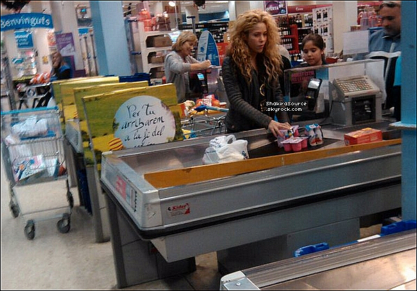 🎄 Shakira & Gérard sont allés voir une « Crèche Humaine ». 09 Décembre 2015 Corbera de Llobregat - Espagne.