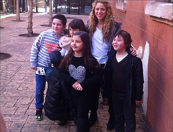 🚶 Shakira a été vue dans les « Rues de Barcelone » avec des fans. 13 Février 2o16 - Barcelone, Espagne.
