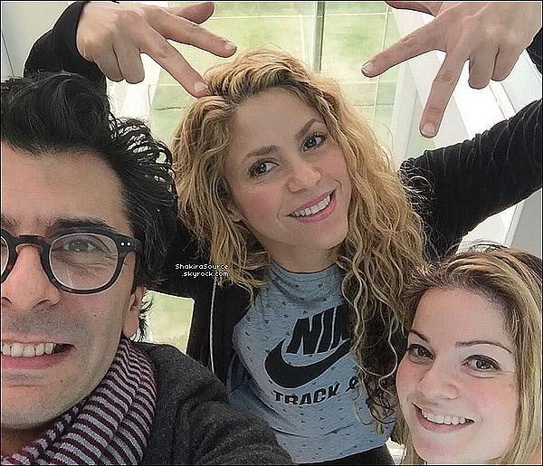 🎸 Shakira a posté une photo d'elle en train « D'Ecrire des Chansons » pour son nouvel album. 28 Mars 2o16 - Barcelone - Espagne.