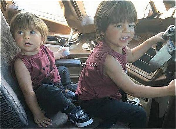 ✈️ Un peu plus tard, Shakira & sa famille ont été vus à « L'Aéroport de Barcelone ». 23 Juillet 2016 Barcelone - Espagne.