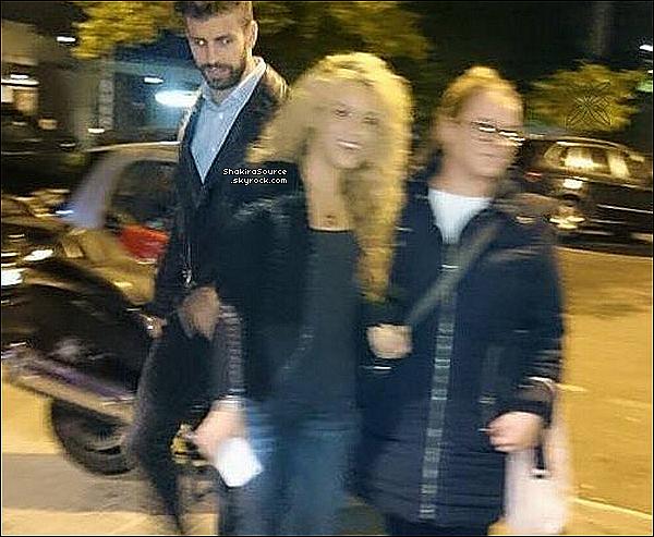 🚶 Shakira & Gérard ont été vus dans les « Rues de Barcelone » . 27 Novembre 2o16 - Barcelone, Espagne.