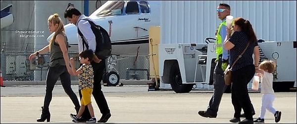 🚶 Shakira a été vue avec un fan dans les « Rues d'Ibiza » aux Bahamas. 24 Juin 2o17 - Nassau, Bahamas.