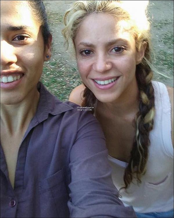 🐾 Shakira a « Reçu la visite de Doug » pour le lancement de Perro Fiel. 15 Septembre 2o17 - Barcelone, Espagne.