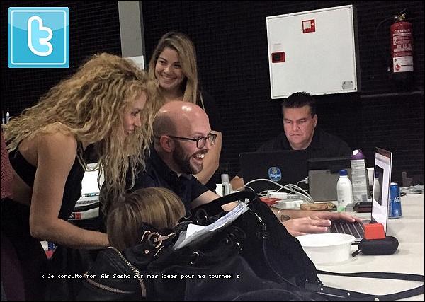 🏠 Shakira & Gérard ont été vus aux « Abords de leur Maison ». 11 Octobre 2o17 - Barcelone, Espagne.