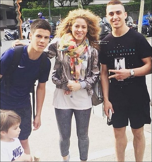 ✈️ Shakira & ses Parents ont été vus à « L'Aéroport de Barcelone » en route pour Hambourg. o1 Juin 2o18 - Barcelone, Espagne.