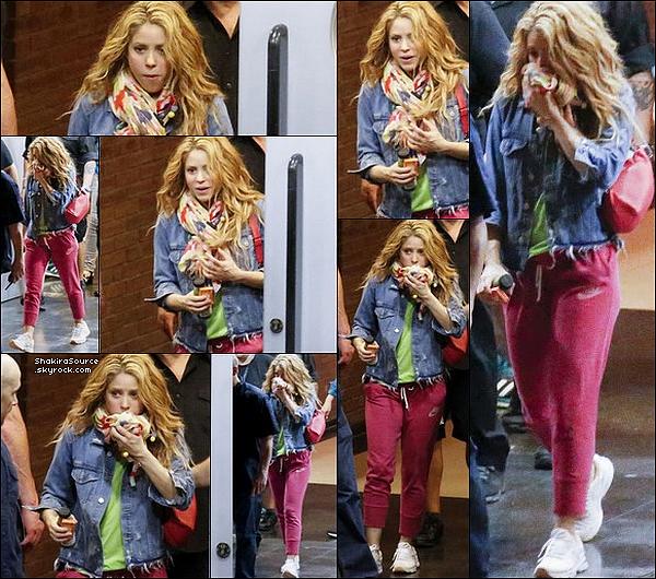 🚶 Shakira a été vue « Quittant le Palau Sant Jordi ». o7 Juillet 2o18 - Barcelone, Espagne.