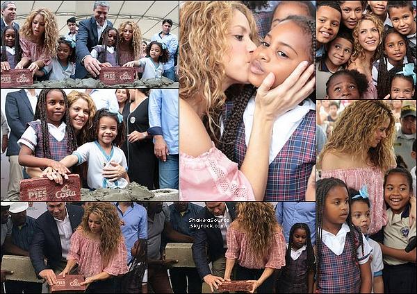 🎒 Plus tard, Shakira toujours accompagnée de Tonino est allée dans un autre « Collège » pour poser la 1ère pierre. A cette occasion, elle a pu rencontrer beaucoup de jeunes fans. o2 Novembre 2o18 - Barranquilla, Colombie.