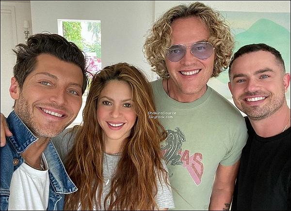 📷 Shakira a posté une « Photo d'elle avec son designer & ses stylistes ». o1 Février 2o2o - Miami, Etats-Unis.