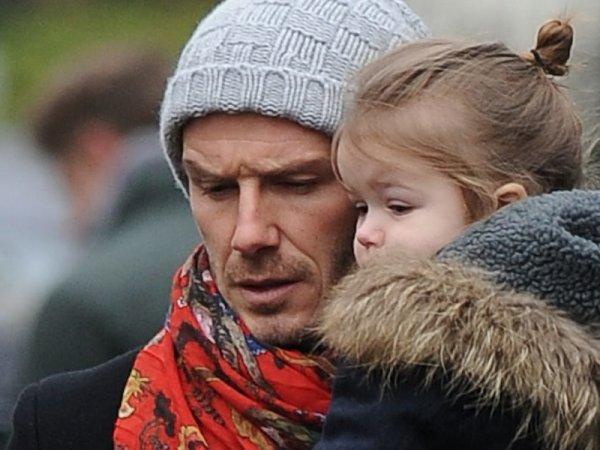Le 11 Mars, David a été aperçu dans les Rue de Londres (Kensigton) avec sa fille Harper et sa femme Victoria.