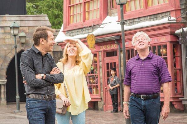 J.K. Rowling visite le parc Harry Potter au Japon.