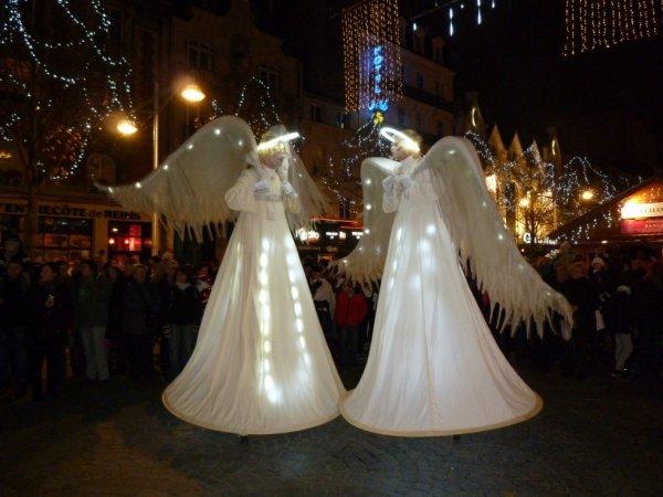 defilee de la fanfar avec les anges de reims au marcher de noel