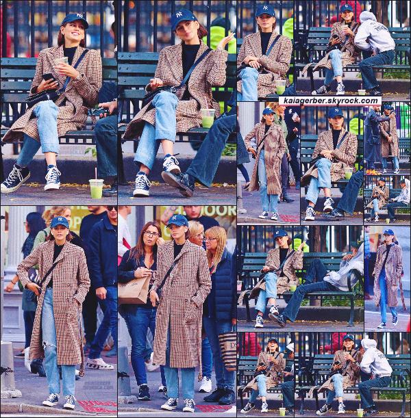 11/10/19 -C'est entre BFF que la sublime Kaia G. et son ami ont été photographiés profitant de l'air de New-York ! Niveau tenue, Kaia portait une long blazer, un jeans et ses converse qu'elle ne lâche désormais plus !   •• TOP ou FLOP ?