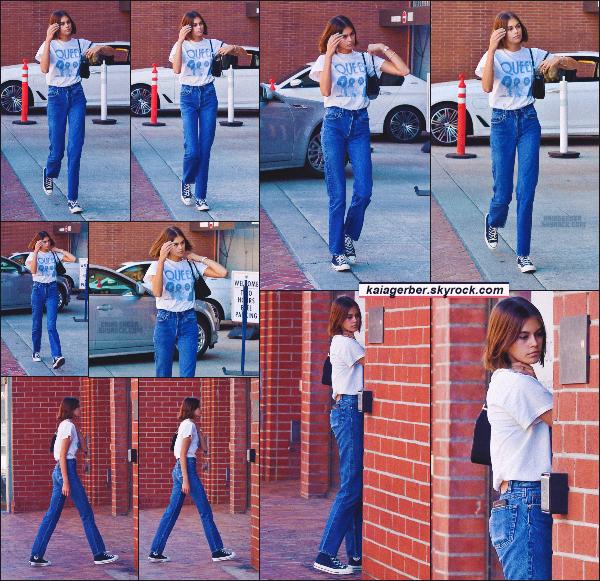 15/10/19 -Le mannequin Kaia Gerber a été photographiée se dirigeant à un centre médicale situé à Los Angeles ! Niveau tenue, elle portait un tee-shirt, un jeans et les fameuses converse que la miss porte littéralement tout les jours.