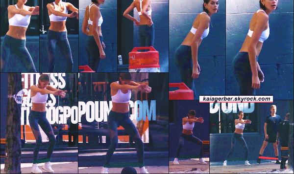 24/10/19 -La jolie Kaia Gerber a été photographiée avec des amis faisant sa séance de sport à New-York City ! Dur dur la vie de célébrité parfois... En effet, se faire prendre en photo en pleine séance de sport intensive.. pas top ••
