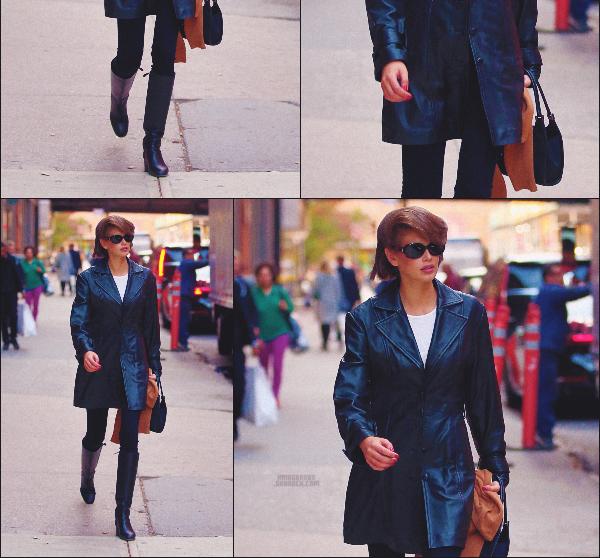 25/10/19 -Le mannequin Kaia G. a été photographiée par les paparazzis sortant d'une séance photos à New-York ! Vraiment classe cette petite Kaia ! Elle dégage vraiment quelque chose. Que pensez-vous de la tenue ? TOP ou FLOP ? ••