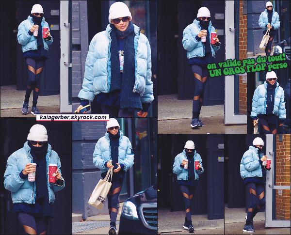 11/12/19 -La jolie Kaia Gerber a été photographiée cherchant des boissons chaudes de chez Starbucks, à N-Y ! Bon au niveau tenue c'est pas ça du tout, mais vu le froid qu'il fait à New-York en décembre, c'est compréhensible ! ••