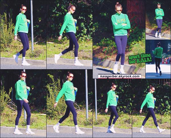 04/01/20 - Le mannequin Kaia Gerber a été aperçue marchant dans les hauteurs d'Hollywood !
