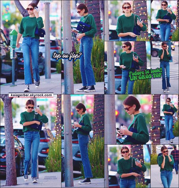 05/01/20 -La sublime Kaia Gerber a été photographiée par les paparazzis se rendant à un Café de Los Angeles ! Niveau tenue, j'adore ! C'est une tenue simple et très jolie - coup de coeur pour le pull vert sapin. •• un TOP ou FLOP?