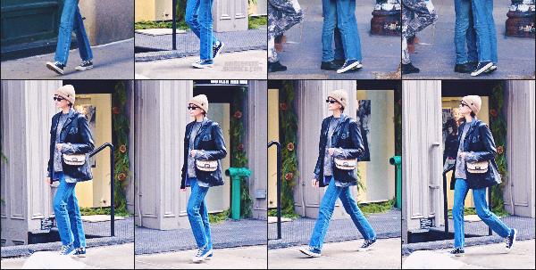 10/01/20 -La sublime Kaia Gerbera été photographiée se promenant dans la rue SOHOsituée à NEW-YORK CITY ! Niveau tenue,elle a opté pour une tenue confortable, jean et baskets. Pas très fan perso !    • Qu'en pensez-vous ? FLOP ?