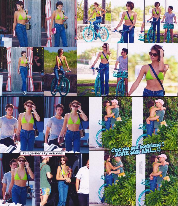 14/01/20 -C'est dans l'après-midi que miss Kaia Gerber a été vue avec ses amis faisant du vélo, dans Miami Beach ! Kaia Gerber profite de ses derniers jours de repos avant la Fashion-Week de Paris. Elle a bien raison, sah quel plaisir. ••