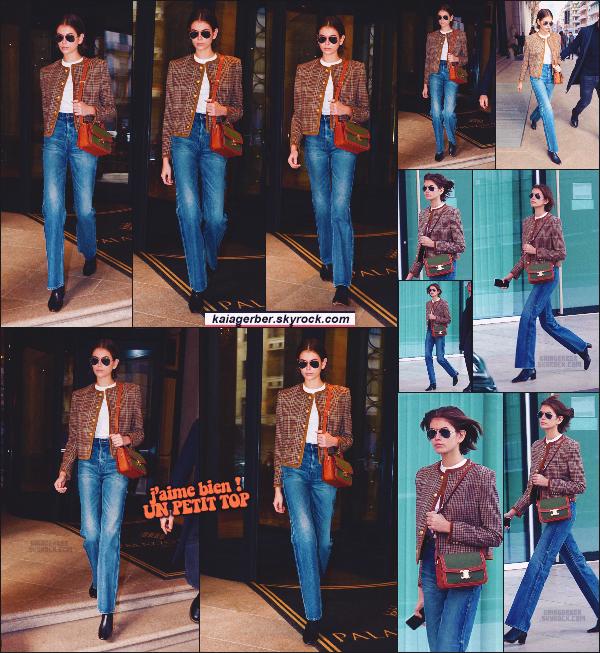 19/02/20 -C'est entre 2 défiles que la miss Kaia Gerber a été aperçue sortant de son Hôtel situé à Milan en Italie ! Petite tenue simple & classe, j'aime bien ! Que pensz-vous de la tenue du mannequin Kaia - c'est un TOP ou un FLOP? ••
