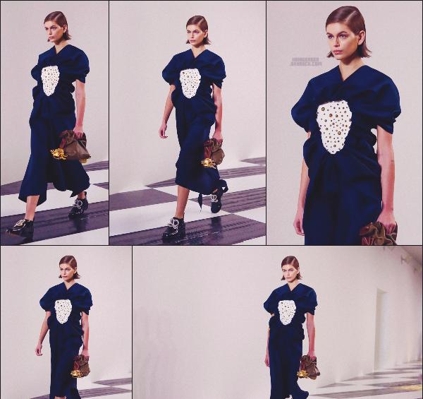 - Kaia Gerber défilait pour la célèbre marque Loewe à la Fashion Week de Paris, FR. -
