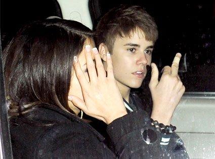 Justin Bieber prend en otage Selena Gomez dans la camionnette rouge!