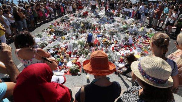 Une minute de silence hommages aux victimes A nice