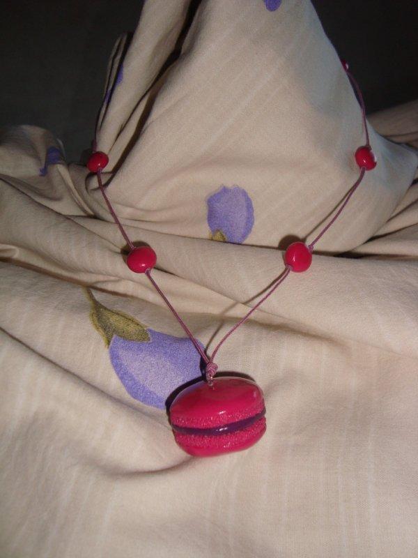collier macaron framboise