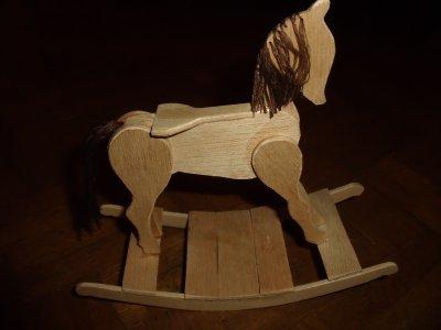 cheval a bascule en miniature  18cm de long 17cm de haut
