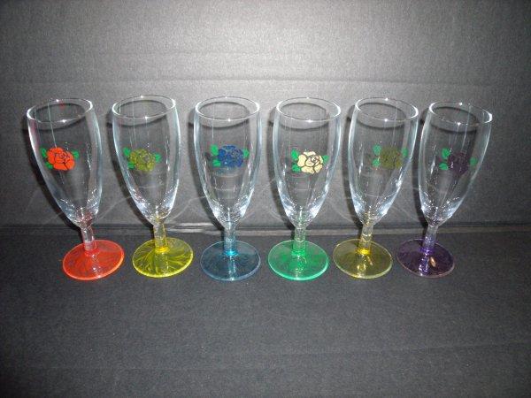je me suis remise a la peinture et gravure sur verre :les verres ont été graves avant d être peints