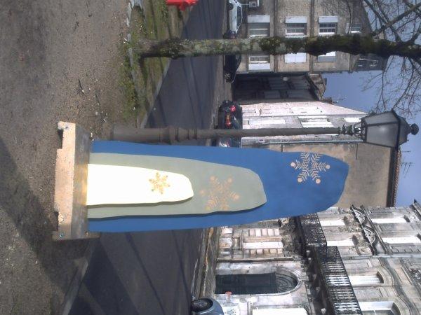 un décor sue le bord de du boulevard près du chapiteau précédemment photographiié