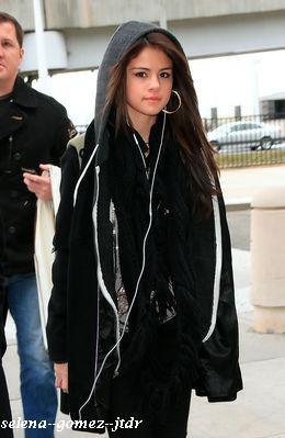 10/12: Selena a été vue a l'aéroport JFK a N.Y
