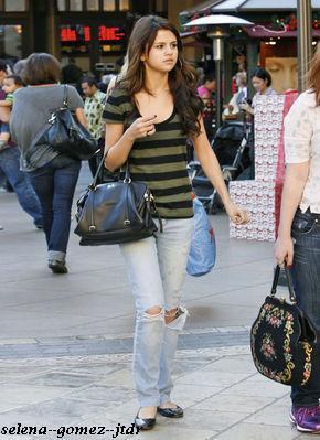 13/12: Selena faisant son shopping a Los Angeles en compagnie de jennifer Stone