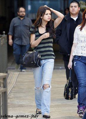 13/12: Selena faisant son shopping a Los Angeles en compagnie de jennifer Stone