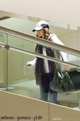 3/01: Aprés un petit sejour en bateau dans les iles, Selena est enfin de retour chez elle. A l'aeroport de LAX :)