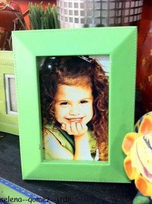 Nouvelle photo de Selena petite provenant du twitter de Maria. Cette photo fait partie du décor des sorciers de waverly place. Je la trouve trop mimi et vous ? <3
