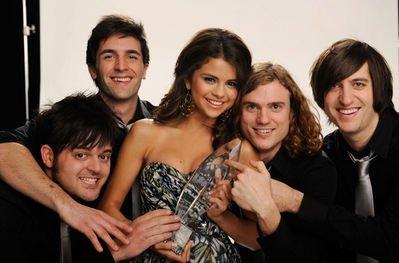 Et voici le photoshoot de Selena et sa bande avec son awards :)