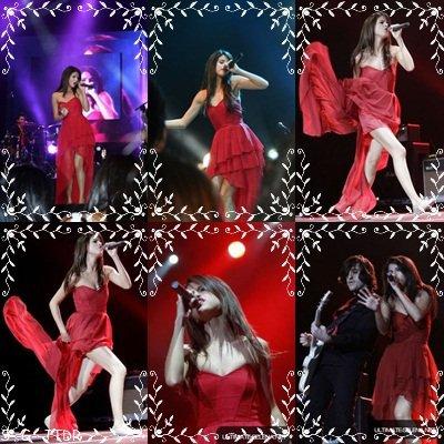 2/02: Selena performant a Santiago en magnifique robe rouge