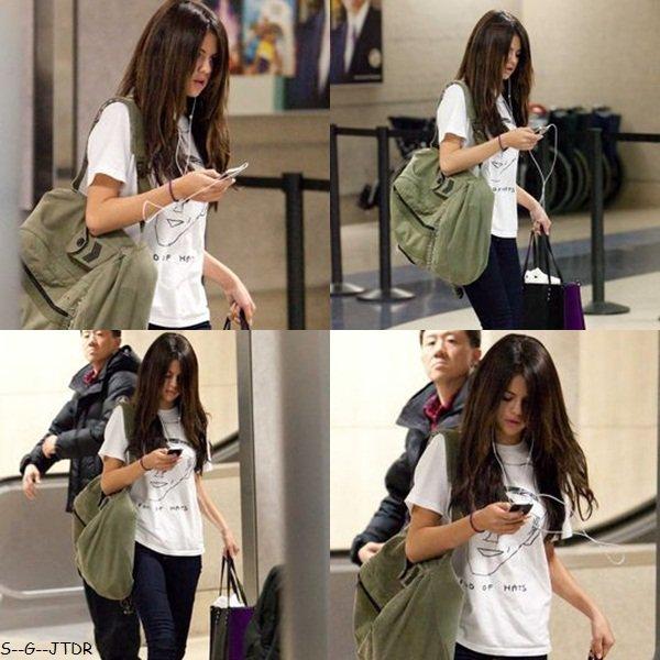 5/02: Selena a été vue a l'aéroport de Los Angeles. A fond dans sa musique la Selly :p