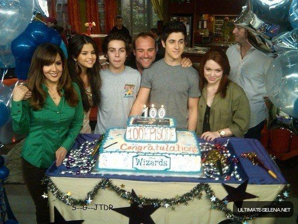 Selena et le cast des Sorciers de waverly Place fetant le 100 eme anniversaire de la série
